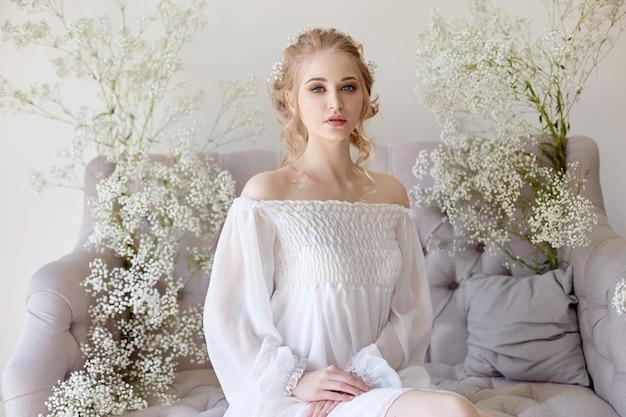 Vestito dalla luce bianca della ragazza e capelli ricci, ritratto