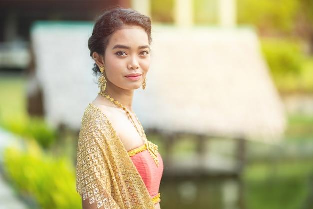 Vestito donna asiatica in costume tradizionale di seta tailandese