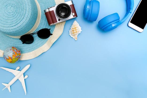 Vestito e accessori del viaggiatore sull'azzurro