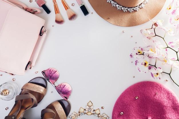 Vestito femminile di primavera. set di vestiti, scarpe e accessori con orchidea.