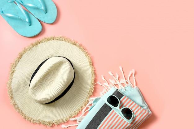 Vestito femminile per la spiaggia. occhiali da sole e da sole in paglia su rosa intenso con spazio per il testo.
