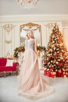 Vestito festivo brillante dalla ragazza del ritratto di natale