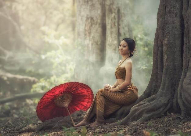 Vestito tradizionale tailandese, donna asiatica che indossa tipico