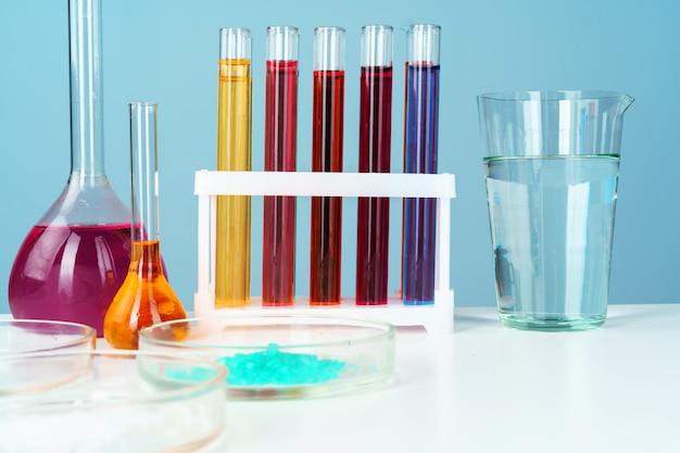 Vetreria per laboratorio chimica con vari liquidi colorati sulla tavola