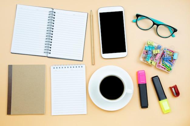 Vetri bianchi di verde della tazza del caffè nero del calcolatore del telefono cellulare della copertura di marrone del taccuino