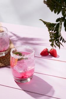 Vetri con la bevanda fredda della fragola sulla tavola
