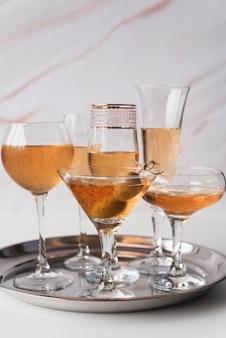 Vetri del champagne di vista frontale su un vassoio
