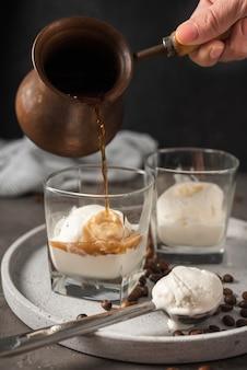 Vetri del primo piano con gelato e caffè