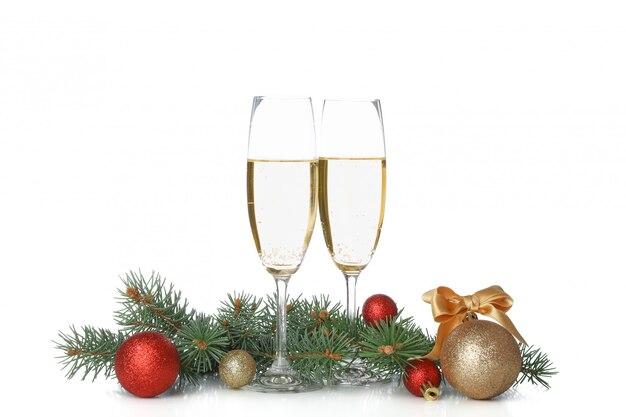 Vetri di champagne, bagattelle e rami del pino isolati su spazio bianco