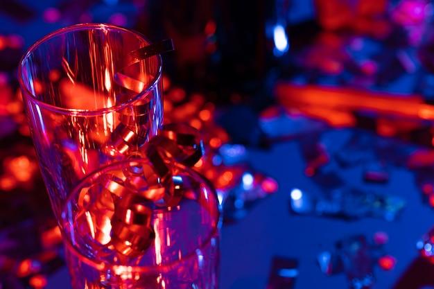 Vetri di champagne con la canutiglia del partito su fondo luminoso