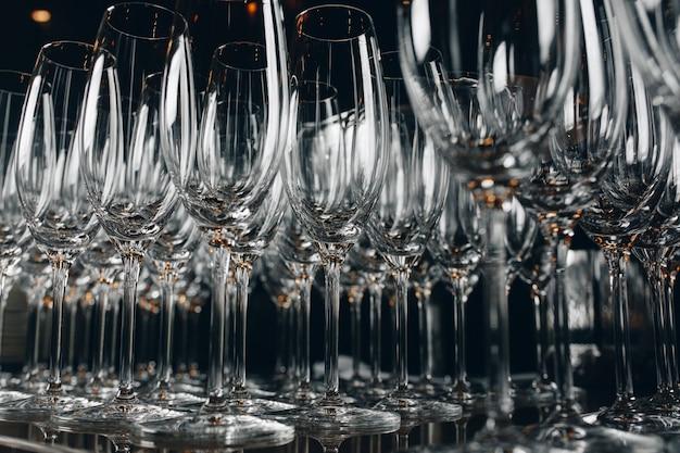 Vetri di champagne puliti vuoti su una barra