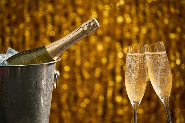 Vetri di champagne su un concetto leggero del fondo, del partito o di festa