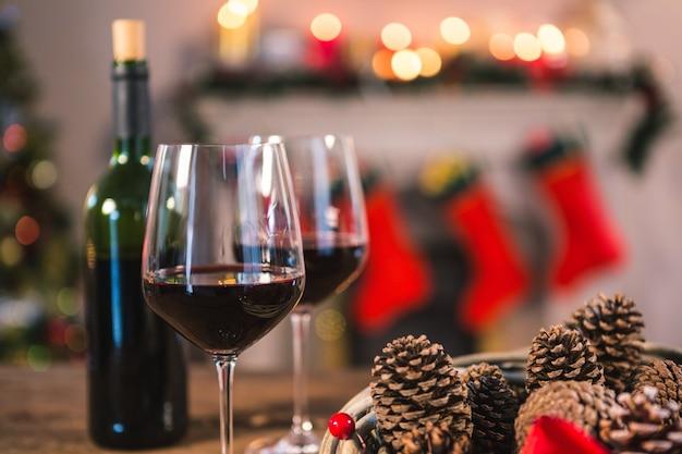 Vetri di vino con pigne prossimi