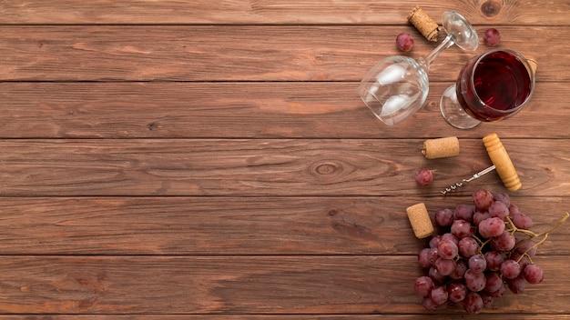 Vetri di vino di vista superiore su fondo di legno