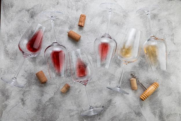 Vetri di vino di vista superiore su fondo di marmo