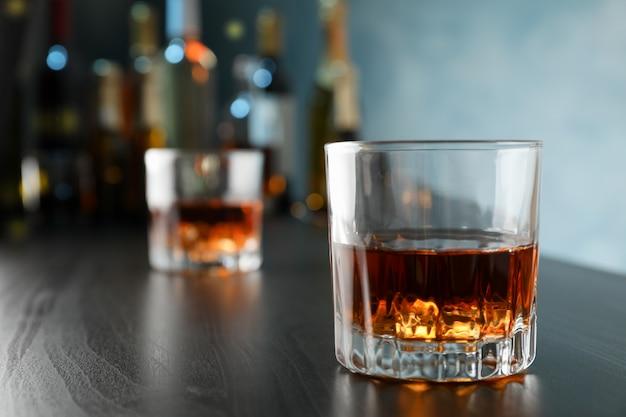 Vetri di whisky sul contatore della barra, fine in su