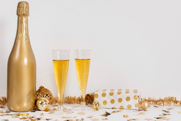 Vetri e decorazione della bottiglia di champagne con lo spazio della copia