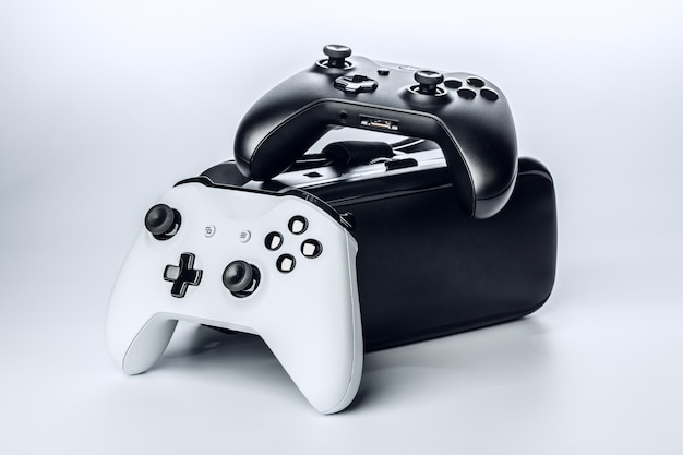 Vetri e rilievo di gioco di realtà virtuale isolati.