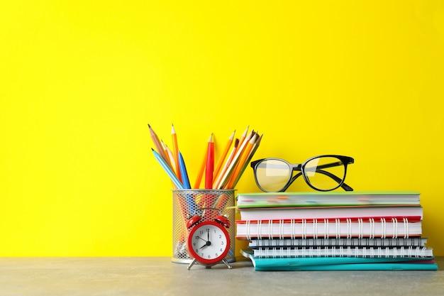 Vetri e stazionario sulla tavola grigia. concetto di studio