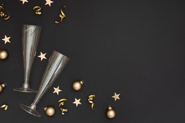 Vetri festivi con ornamenti per feste e copia spazio