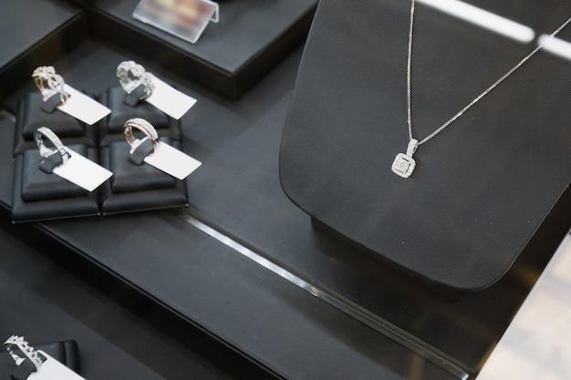 Vetrina del negozio di gioielli con diamanti
