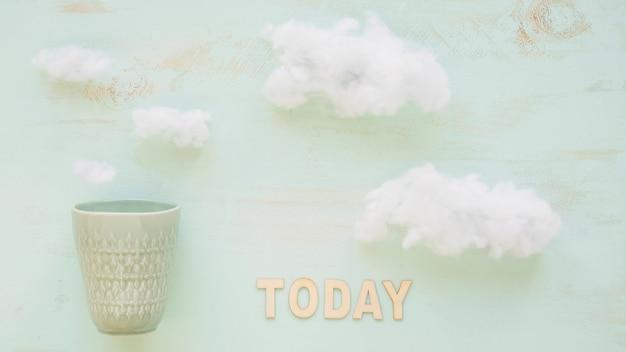 Vetro antico e testo oggi su sfondo nuvoloso