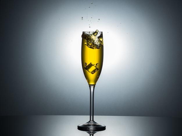 Vetro champagne tulipano con spruzzi d'acqua.