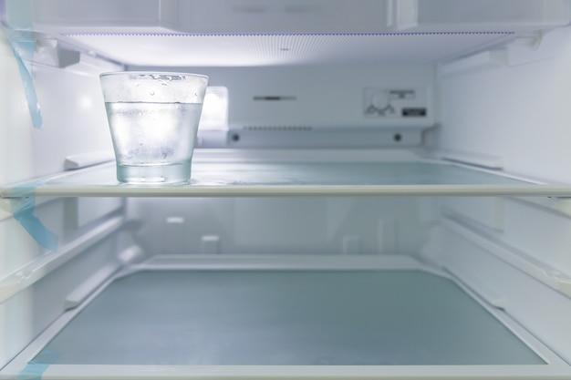 Vetro con acqua fredda in frigorifero