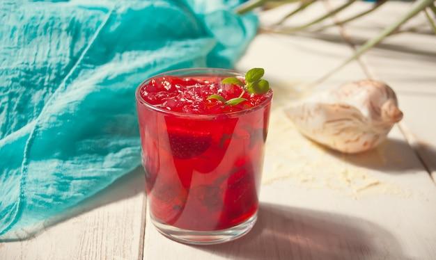 Vetro con fragole fresche fatte in casa dolce tè freddo o cocktail, limonata alla menta.