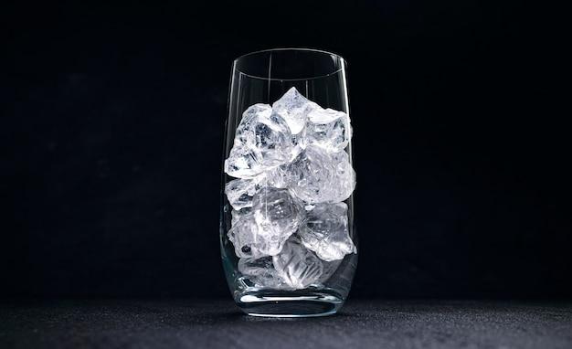 Vetro con ghiaccio tritato su sfondo nero