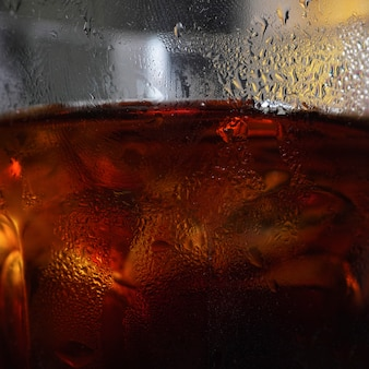 Vetro con la bevanda marrone