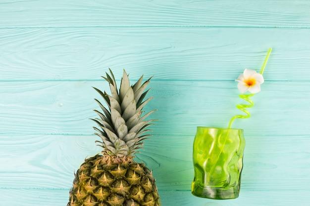 Vetro con paglia e ananas