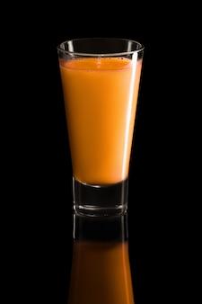 Vetro del cocktail della fragola e del lampone isolato sul nero
