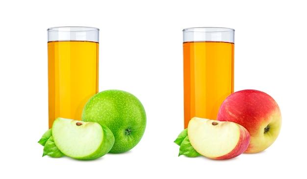 Vetro del succo di mele fresco e pezzo di frutta isolati su bianco