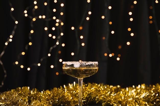 Vetro di vista frontale con champagne alla festa di capodanno