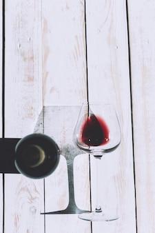 Vetro e bottiglia con vino rosso