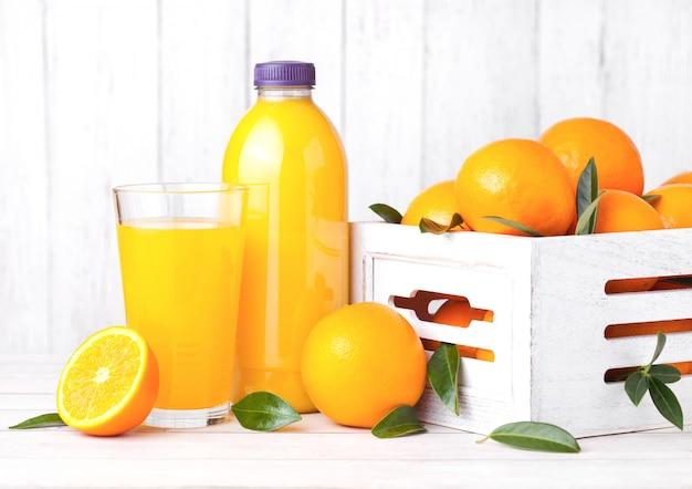 Vetro e bottiglia di succo d'arancia fresco biologico