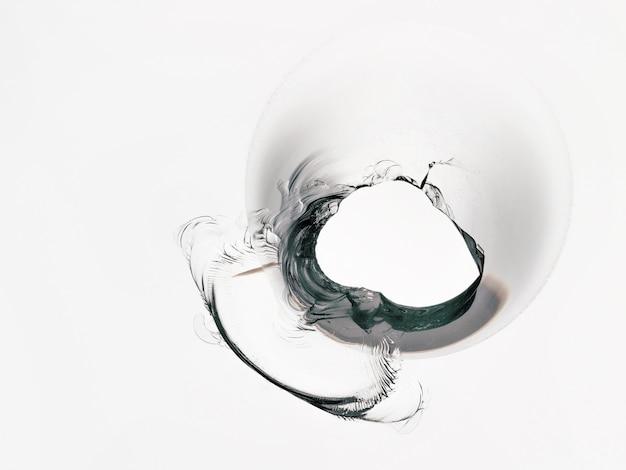 Vetro incrinato su un bianco isolato