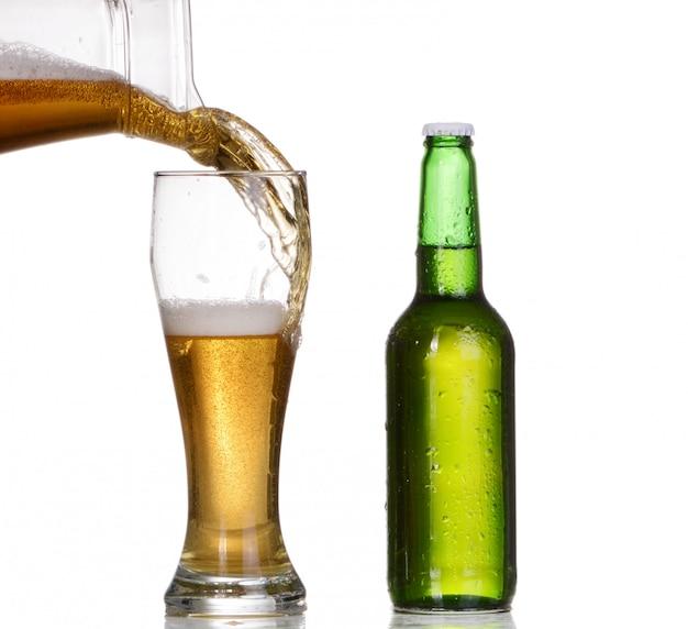 Vetro isolato e bottiglia marrone di birra su bianco