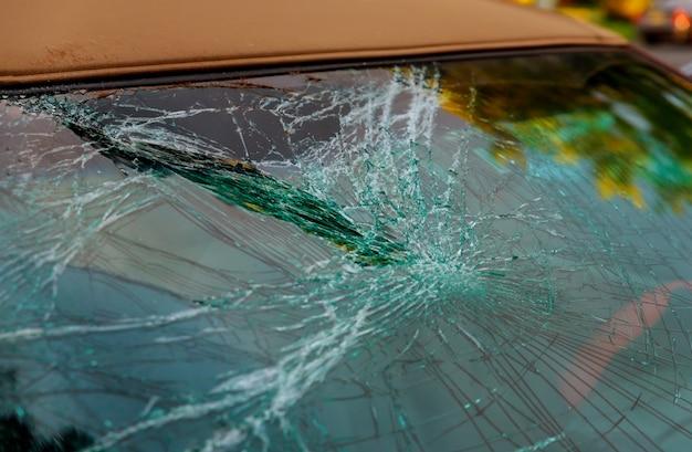 Vetro rotto dell'automobile incrinato per la finestra anteriore di riparazione di incidente.