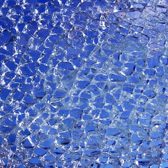 Vetro rotto incrinato su sfondo blu