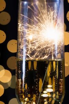 Vetro visto attraverso luce del fuoco d'artificio del primo piano