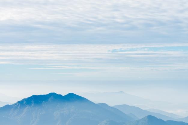 Via all'aperto graduali nuvole di congelamento