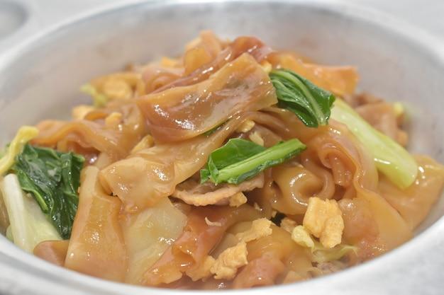 Via dell'alimento tailandese della salsa di soia fritta mescolare