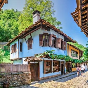 Via dell'artigiano nel villaggio di etar, bulgaria
