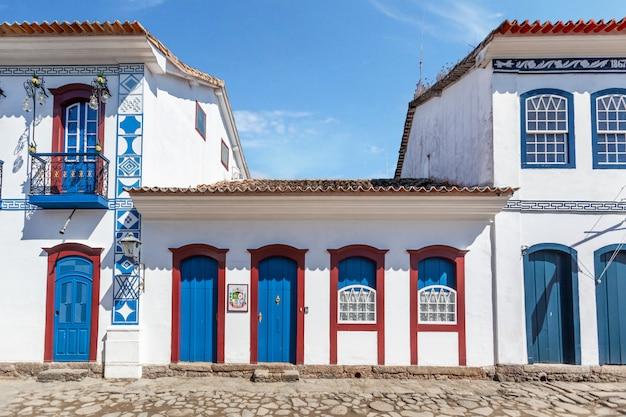 Via e vecchie case coloniali portoghesi in centro storico a paraty, stato rio de janeiro