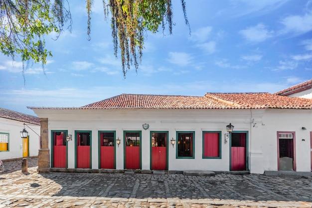 Via e vecchie case coloniali portoghesi nel centro storico di paraty