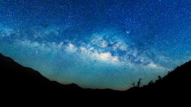 Via lattea e sfondo del cielo stellato.