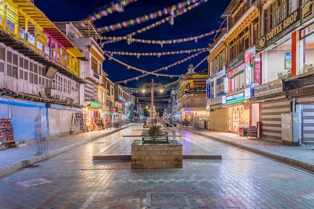 Via principale del bazar nella città di leh, ladakh.