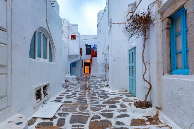 Via vuota nella città di mykonos, chora, grecia